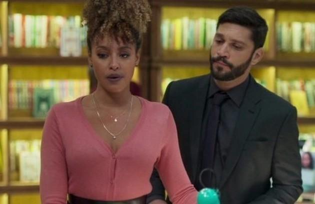 Na segunda-feira (2), William (Diego Montez) descobrirá que Diogo (Armando Babaioff) é o amante misterioso de Gisele (Sheron Menezzes) (Foto: TV Globo)