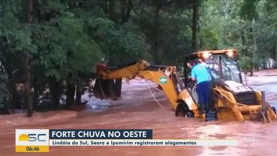 Bombeiro tenta salvamento em rio e precisa ser resgatado com auxílio de retroescavadeira em SC; VÍDEO