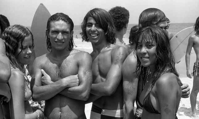 Jovens mostram suas tatuagens na Praia de Ipanema, em 1972