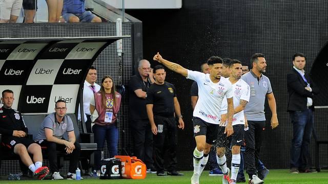 Douglas comemora gol do Corinthians contra o Inter