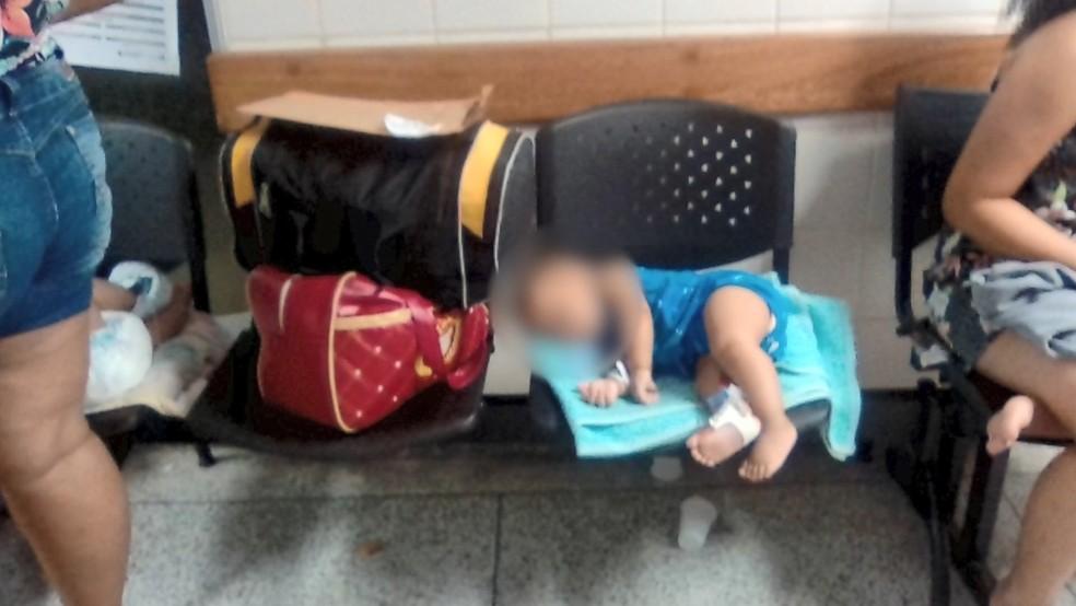 Crianças são atendidas nos corredores do Hospital Infantil lotado em Vila Velha — Foto: Reprodução/ TV Gazeta