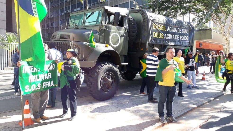 Caminhão com faixa 'Brasil acima de tudo, Deus acima de todos' é levado para ato na Avenida Paulista — Foto: Vivian Reis/G1 SP