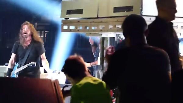 O músico Dave Grohl e o garotinho cego presente no palco do mais recente show do Foo Fighters (Foto: Reprodução)