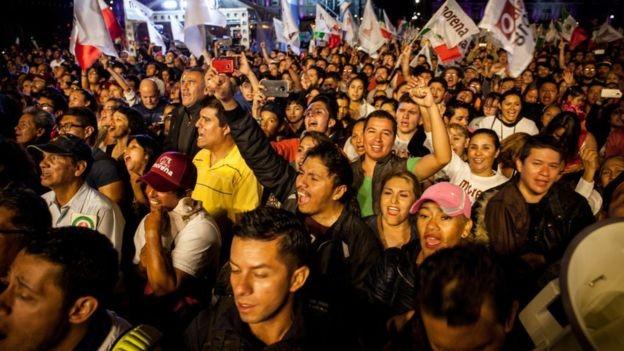 """Eleitores de Andrés Manuel López Obrador acompanham discurso em que ele prometeu """"erradicar a corrupção"""" (Foto: Getty Images/BBC News)"""