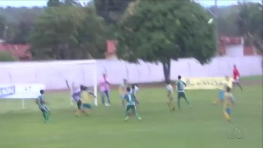 Guaraí vence com falha de goleiro e atacante quase perde gol incrível; vídeo