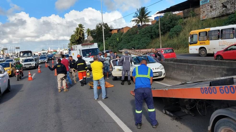 Acidente na BR-324 na manhã desta sexta-feira (2), no sentido ao interior do estado — Foto: Divulgação/Corpo de Bombeiros