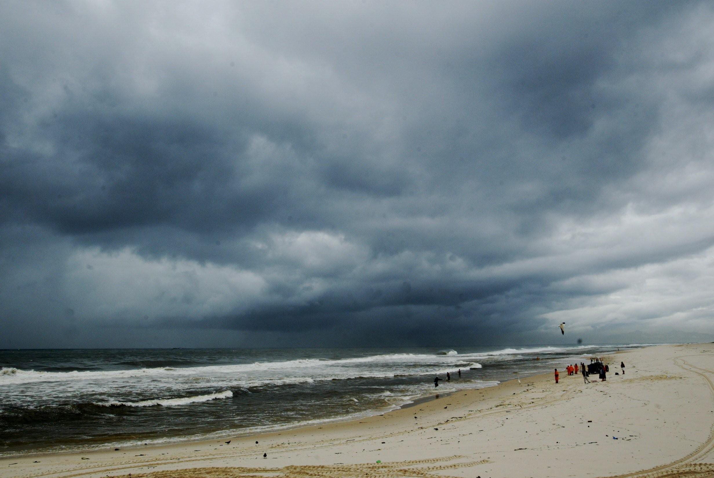 Frente fria cobre com nuvens escuras a praia da Barra da Tijuca