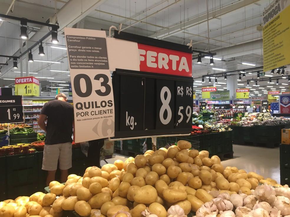 Supermercados aumetaram preços de produtos e limitaram quantidade por cliente (Foto: Elisângela Nascimento/G1)