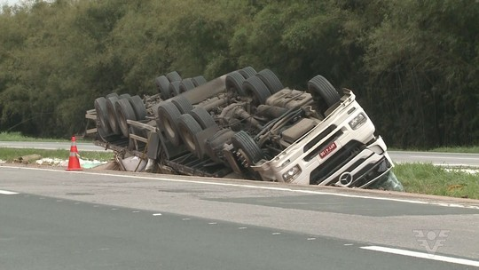Caminhão com produto químico tomba e motorista morre em SP