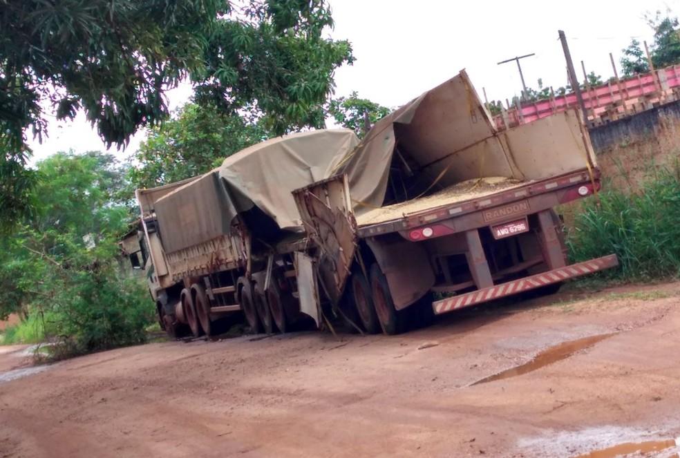 Motorista da carreta foi levado para fazer exames.  (Foto: Divulgação/ PRE)