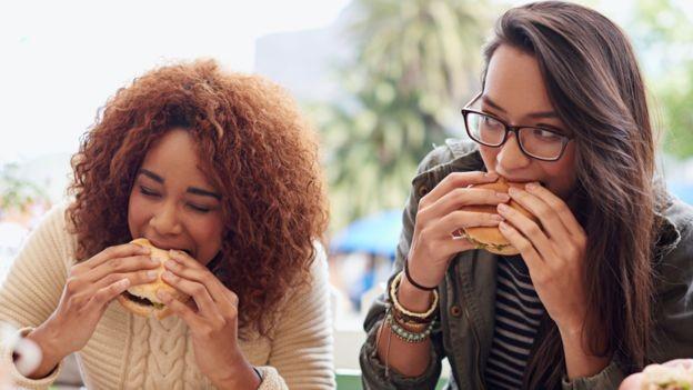 Nozes e sementes são os alimentos saudáveis que fazem falta na maioria das dietas em todo o mundo, diz estudo (Foto: Getty Images via BBC News Brasil)