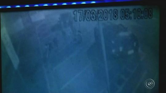 Vídeo mostra discussão antes de motorista de Camaro tentar atropelar motociclista