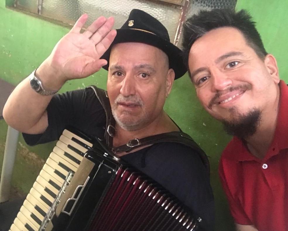 Ailton Missioneiro e o filho, Jaiminho. Música foi o grande elo da relação entre pai e filho.  — Foto: Arquivo Pessoal
