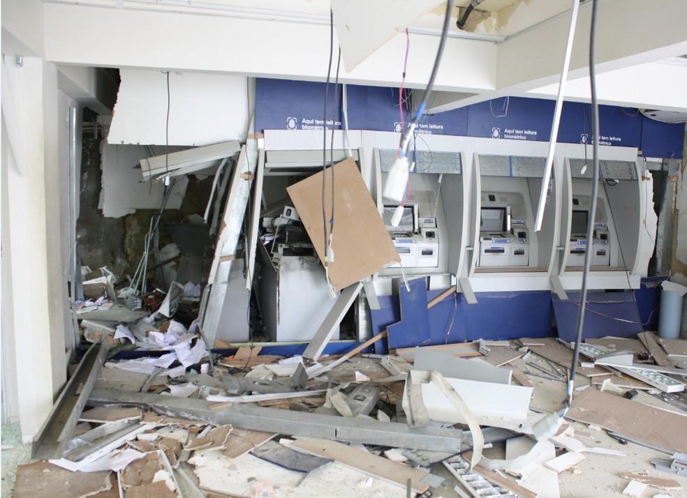 Parte de atendimento onde fica os terminais eletrônicos ficou destruída. (Foto: Polícia Federal/Divulgação)