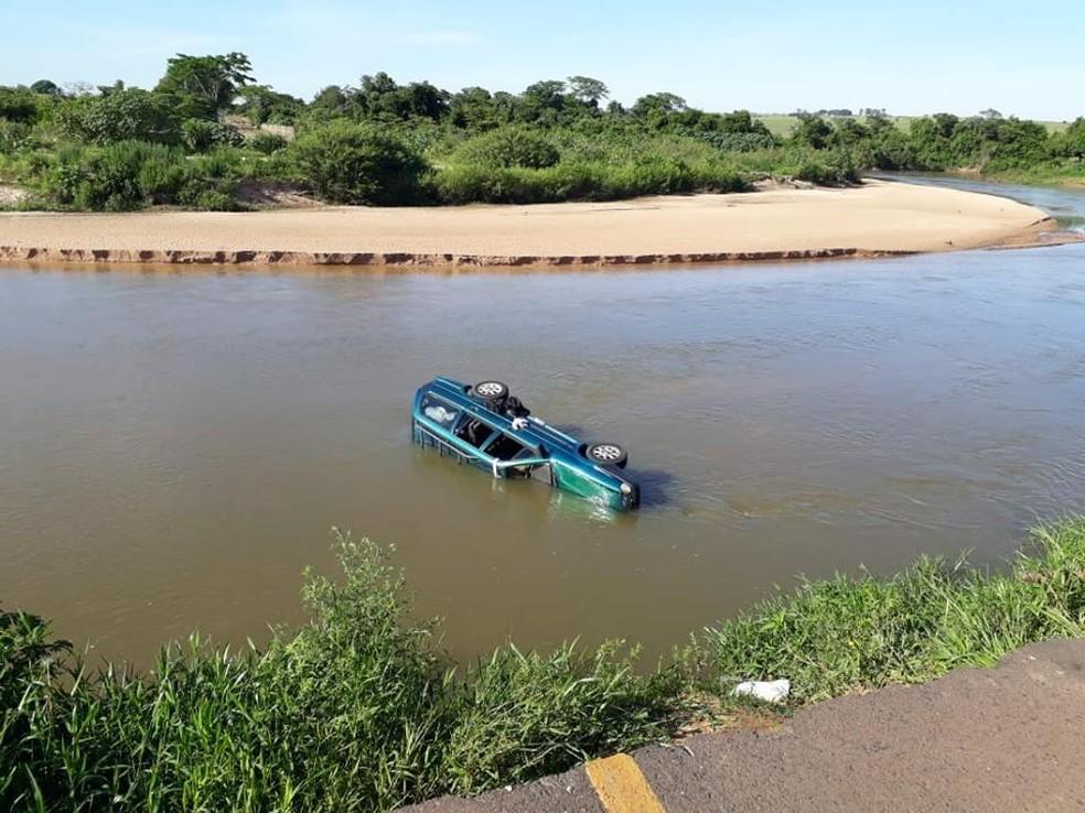 Carro de Sandro quando caiu em um rio na região de Presidente Venceslau — Foto: Arquivo Pessoal