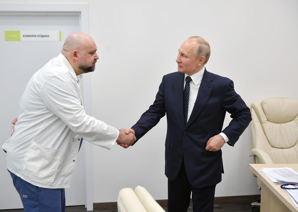 O presidente russo Vladimir Putin cumprimenta o chefe do hospital de Moscou que trata pacientes com coronavírus,Denis Protsenko — Foto: Alexey Druzhinin/Sputnik/AFP/Arquivo