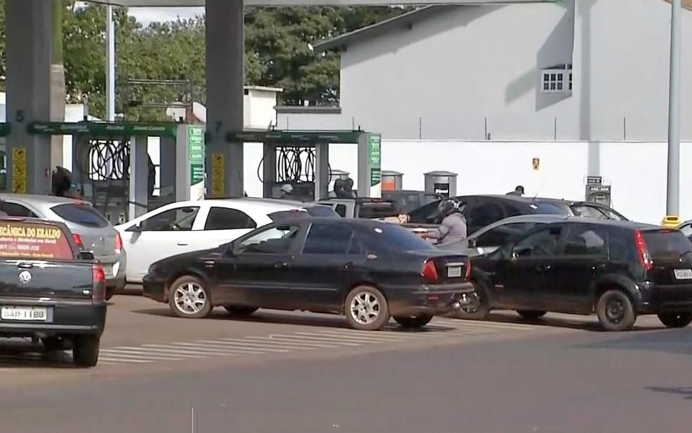 Posto em Pedro Juan Caballero, no Paraguai, na fronteira com Ponta Porã, em Mato Grosso do Sul, teve o movimento duplicado desde quarta-feira em razão da greve dos caminhoneiros  e desabastecimento no Brasil (Foto: Reprodução/TV Morena)