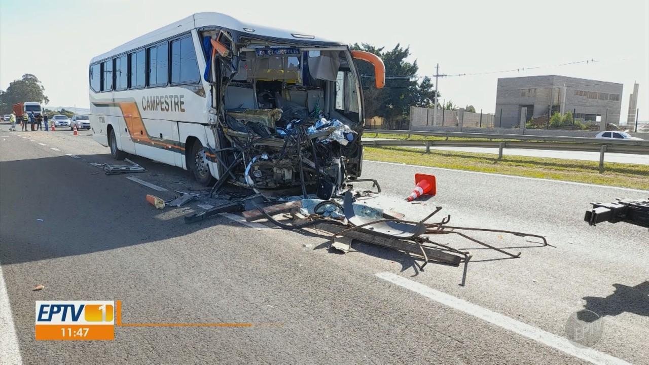 Colisão entre ônibus e caminhão termina em morte na Rodovia Zeferino Vaz, em Paulínia