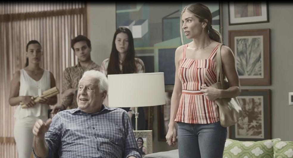 Alberto (Antonio Fagundes) anuncia que Paloma (Grazi Massafera) terá um dia de princesa em 'Bom Sucesso' — Foto: Globo