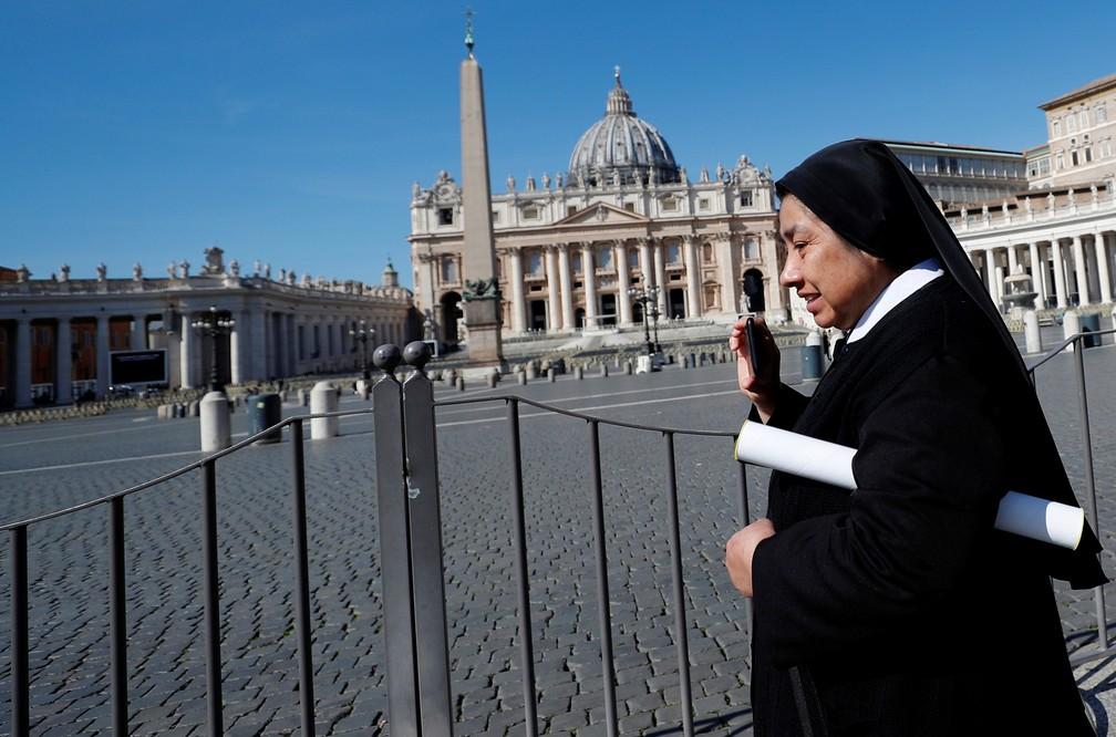 Freira caminha pela Praça de São Pedro, no Vaticano, nesta terça-feira (10) — Foto: Reuters/Guglielmo Mangiapane