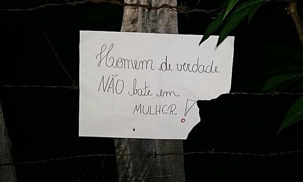 Cartazes foram colocados na porta da casa de suspeito em Lavras (MG). (Foto: Karina Mascarenhas)