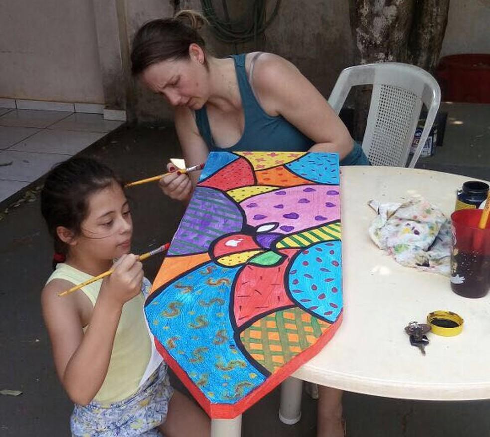 Mãe ajuda filha a confeccionar carrinho de rolimã (Foto: Daisy Selinger/ Arquivo pessoal)