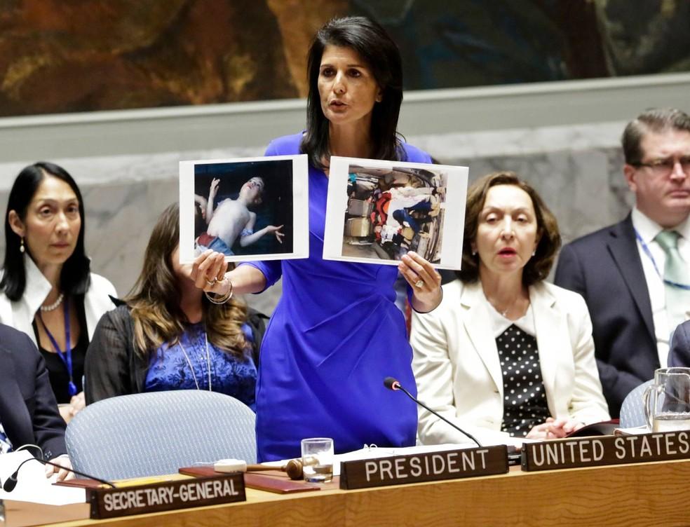 Embaixadora americana na ONU, Nikki Haley, exibe fotos de vítimas de suposto ataque químico na Síria — Foto: Bebeto Matthews/AP