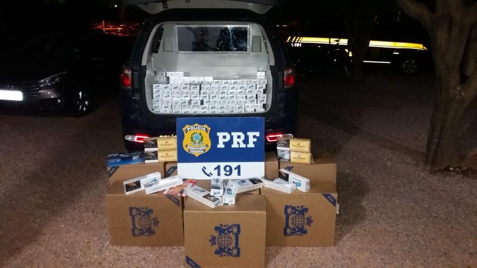 Idoso de 73 anos foi preso em MT com 600 pacotes de cigarro contrabandeados do Paraguai (Foto: Polícia Rodoviária Federal de Mato Grosso/Assessoria)