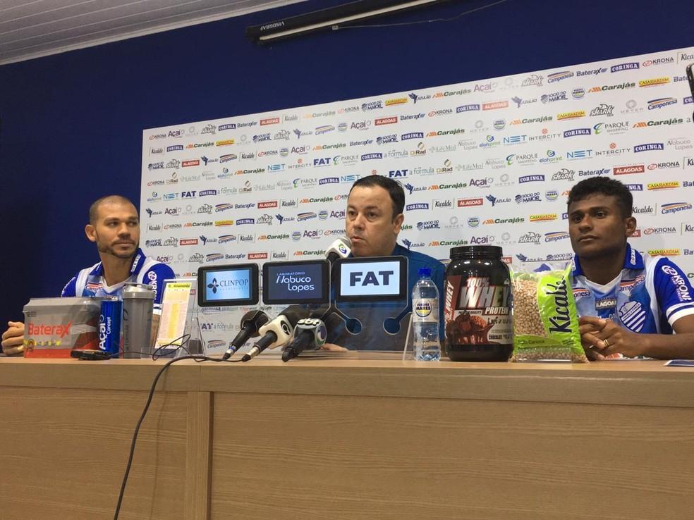Nilton e Maranhão são apresentados pelo CSA — Foto: João Alvim/GloboEsporte.com