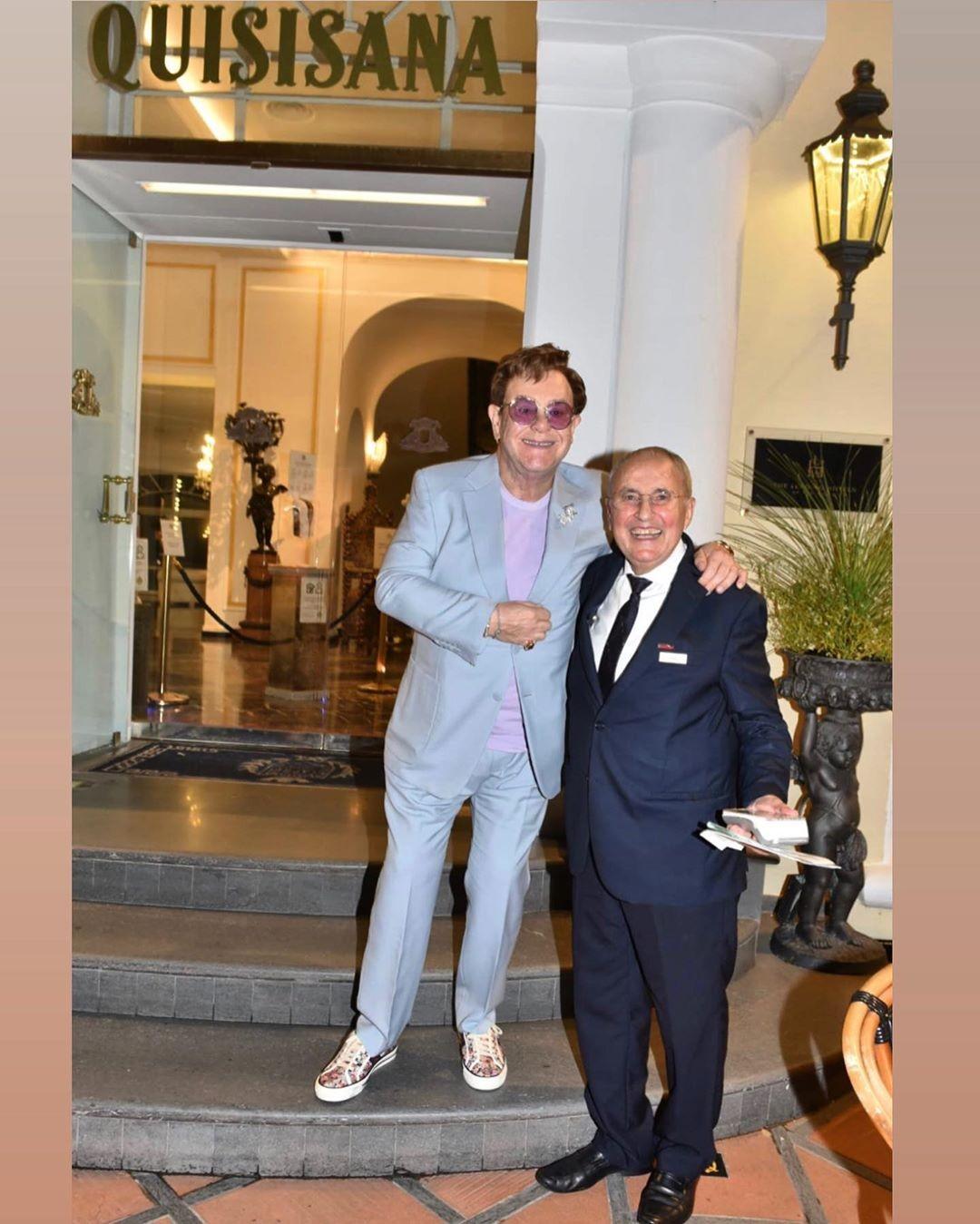 Elton John sem máscara com um amigo em Capri, na Itália (Foto: Instagram (@fotoflashcapri))