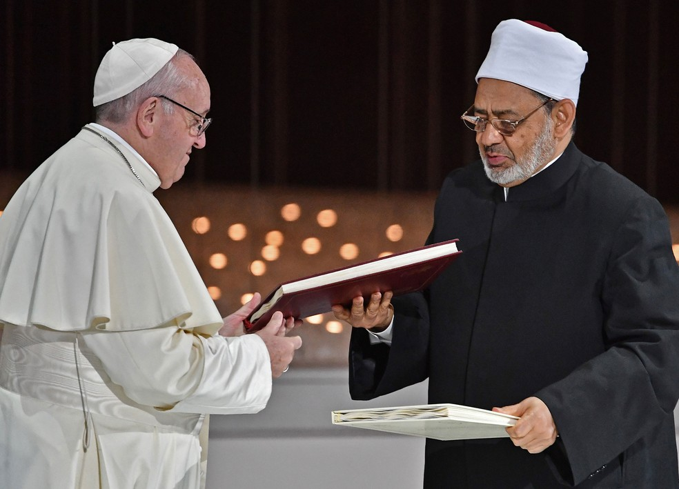 Papa Francisco se encontrou com o xeque Ahmed al-Tayeb nesta segunda-feira (4)  — Foto: Vincenzo Pinto / AFP