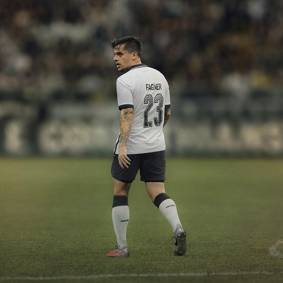 Fagner com a nova camisa do Corinthians — Foto: Divulgação