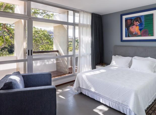 QUARTO | Os brises de concreto da fachada, tão característicos do modernismo brasiliense, diminuem a incidência direta de sol no interior do apartamento (Foto: Joana França/Divulgação)