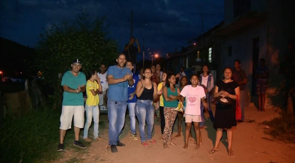 Revoltados, parentes e moradores pedem justiça em Itajubá (Foto: Reprodução EPTV)