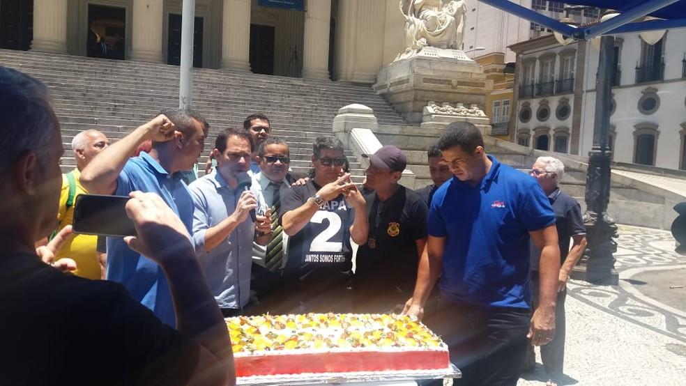 Servidores fazem bolo após prisão de Pezão — Foto: Alba Valéria Mendonça / G1