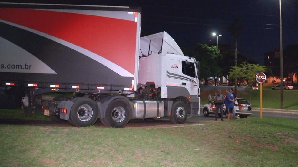 Motociclista não conseguiu frear e bateu na carreta na Avenida Nações Unidas em Bauru — Foto: Fernando Savioli/TV TEM
