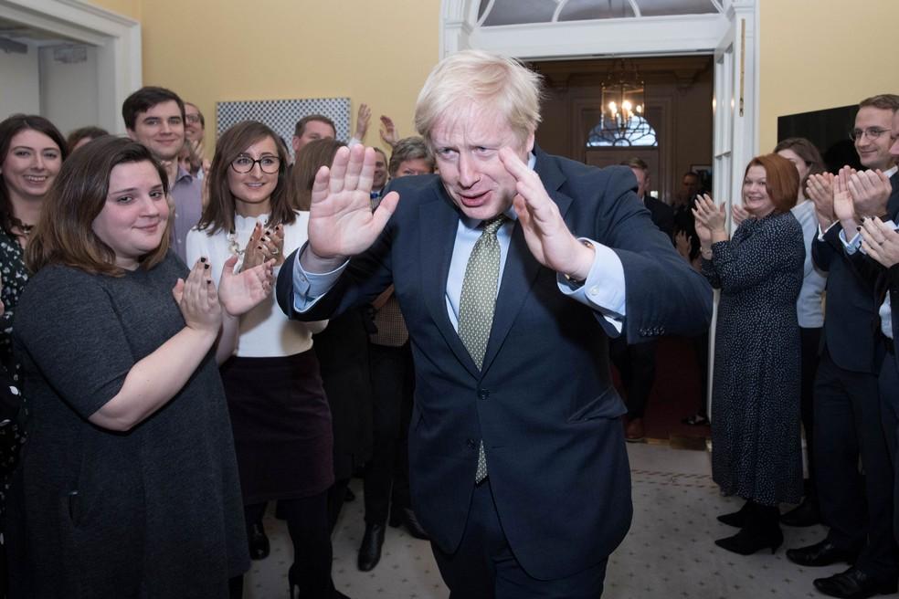 Premiê Boris Johnson é recebido com palmas em Downing Street nesta sexta-feira (13) — Foto: Stefan Rousseau/ Reuters