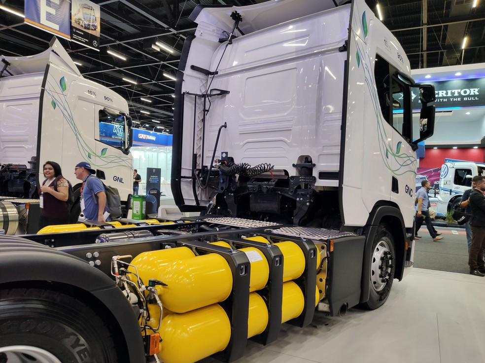 Scania R410 with CNG tanks - Photo: André Paixão / G1