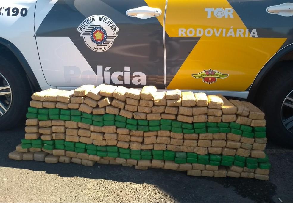 No total, foram apreendidos 228 tabletes de maconha, que pesaram 151,5 quilos — Foto: Polícia Rodoviária/Divulgação