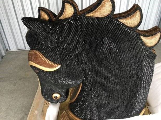 Polícia da Nova Zelândia achou cocaína escondida em 'cabeça de cavalo' incrustada de diamantes (Foto:  New Zealand Police/Reuters)