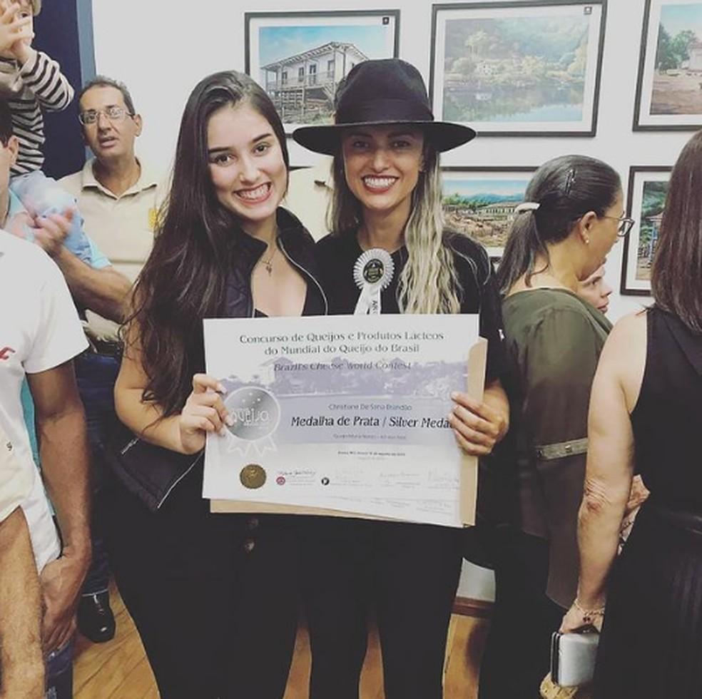 Christiane e Jady Brandão com o certificado de medalha de prata no concurso Queijo e Produtos Lacteos do Mundial do Queijo do Brasil. — Foto: Arquivo Pessoal.