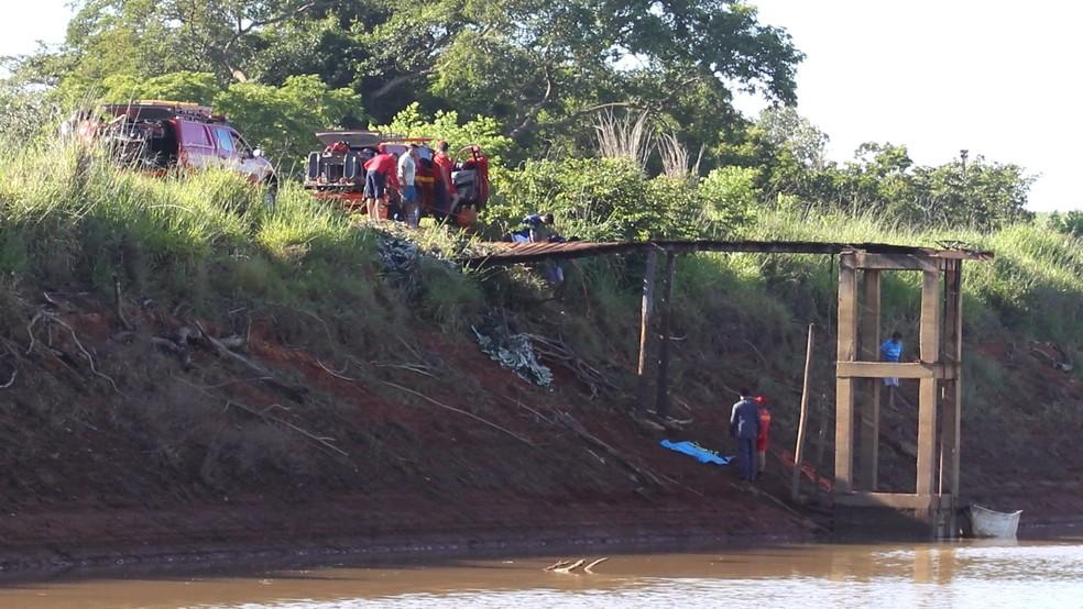 -  Equipes dos bombeiros trabalham na busca do corpo de um sargento que morreu afogado em represa  Foto: Thide Serafim/Arquivo Pessoal
