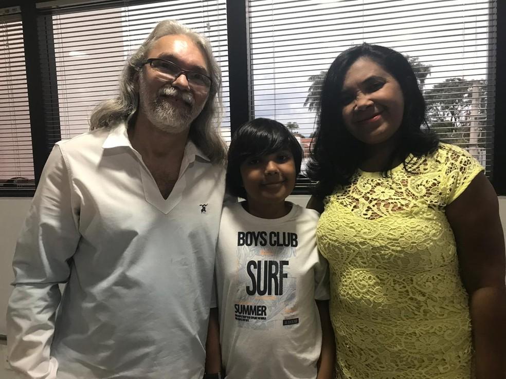José Buzar com os pais, Francisco Buzar e Edeilce Santos — Foto: Daumildo Júnior/G1