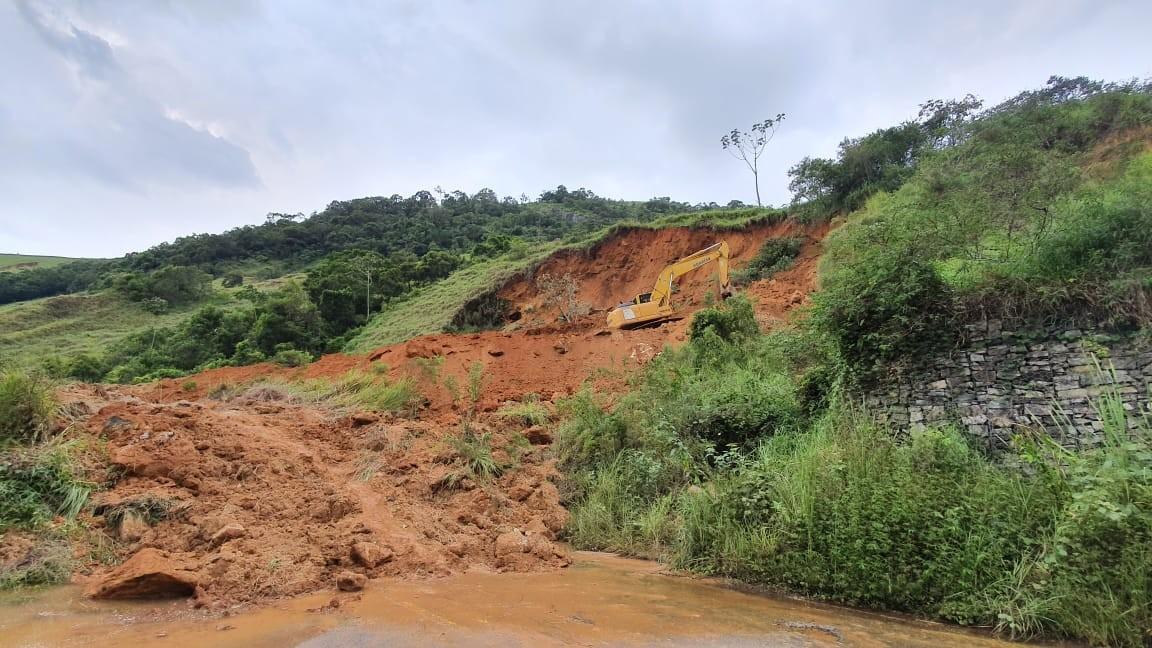 Deslizamento de encosta interdita trecho da RJ-142, a Serramar