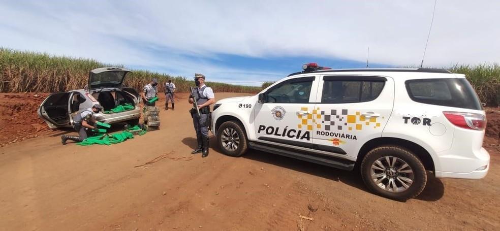 Droga era transportada em um carro que foi abordado em Iepê — Foto: Polícia Rodoviária