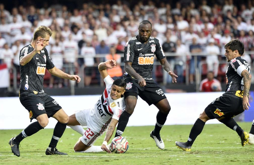 Everton, do São Paulo, encaixotado entre defensores do Corinthians — Foto: Marcos Ribolli