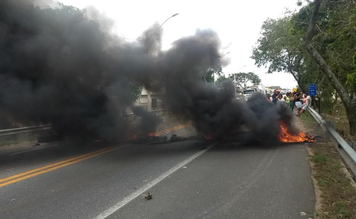 Manifestantes fecham BR-101 por duas horas em Campos, no RJ