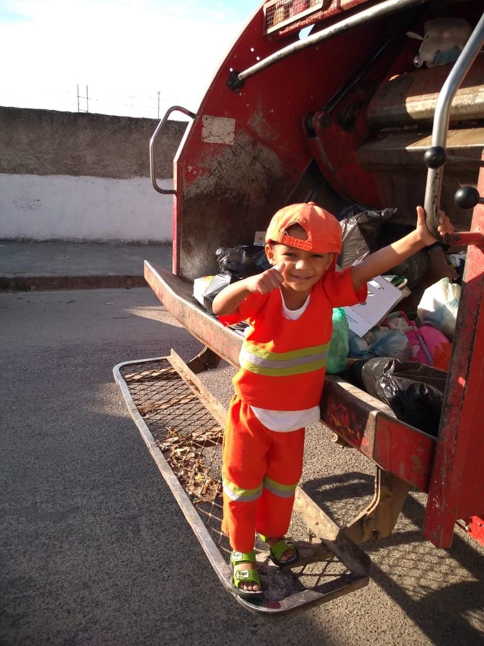 Garotinho de três anos é fã dos garis que limpam sua rua em BH. — Foto: Letícia Carvalho/Arquivo pessoal