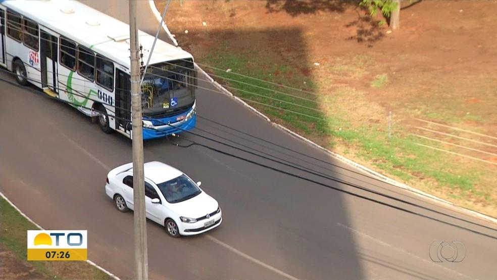 Motoristas são flagrados cometendo infrações nas rotatórias — Foto: Reprodução/TV Anhanguera
