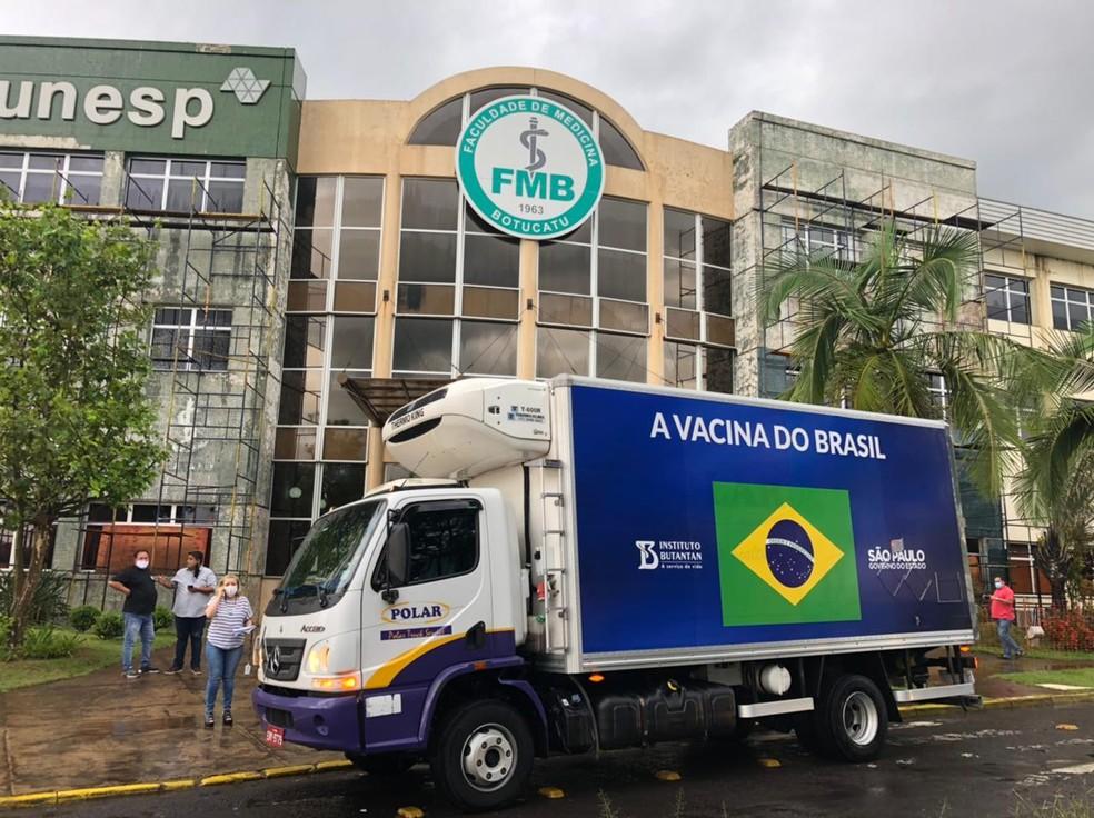 Lote de vacina CoronaVac chega ao Hospital das Clínicas de Botucatu — Foto: Pedro Zacchi/TV TEM
